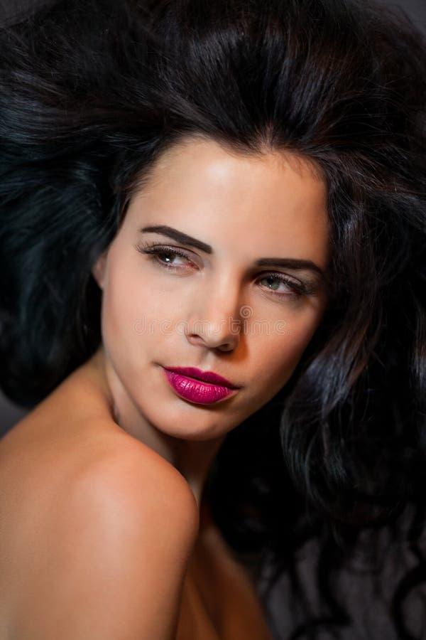 Красивая женщина с нежным спокойным выражением стоковые фотографии rf