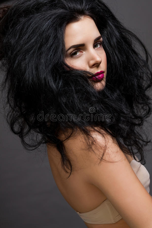 Красивая женщина с нежным спокойным выражением стоковое изображение rf