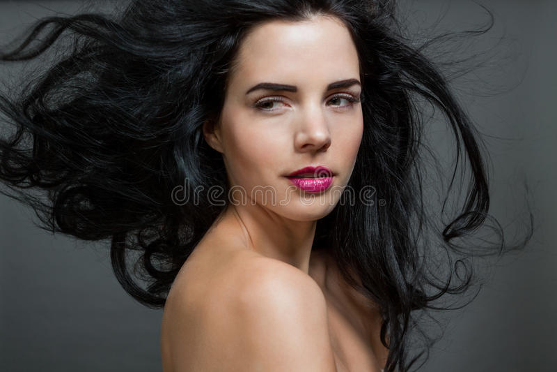 Красивая женщина с нежным спокойным выражением стоковое фото