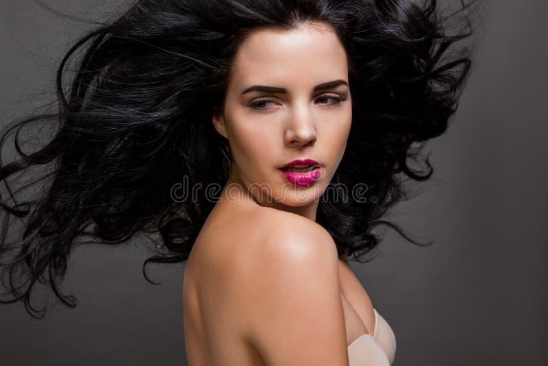 Красивая женщина с нежным спокойным выражением стоковая фотография