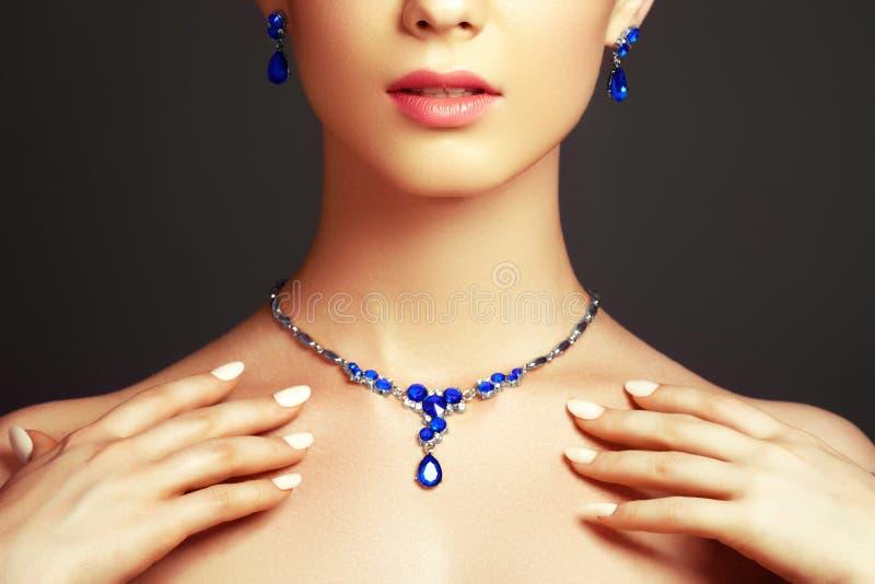 Красивая женщина с ожерельем сапфира женщина состава способа стороны принципиальной схемы красотки голубая яркая стоковая фотография rf