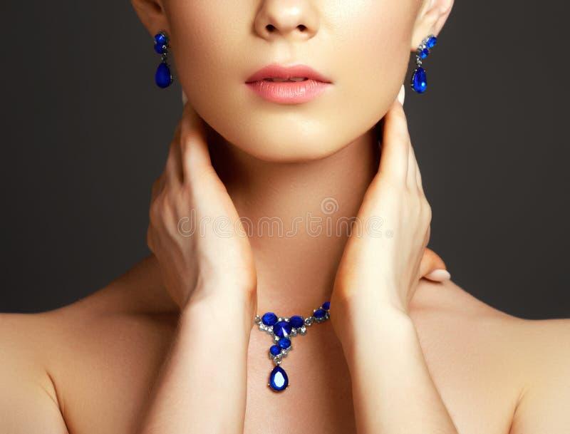 Красивая женщина с ожерельем сапфира женщина состава способа стороны принципиальной схемы красотки голубая яркая стоковое фото