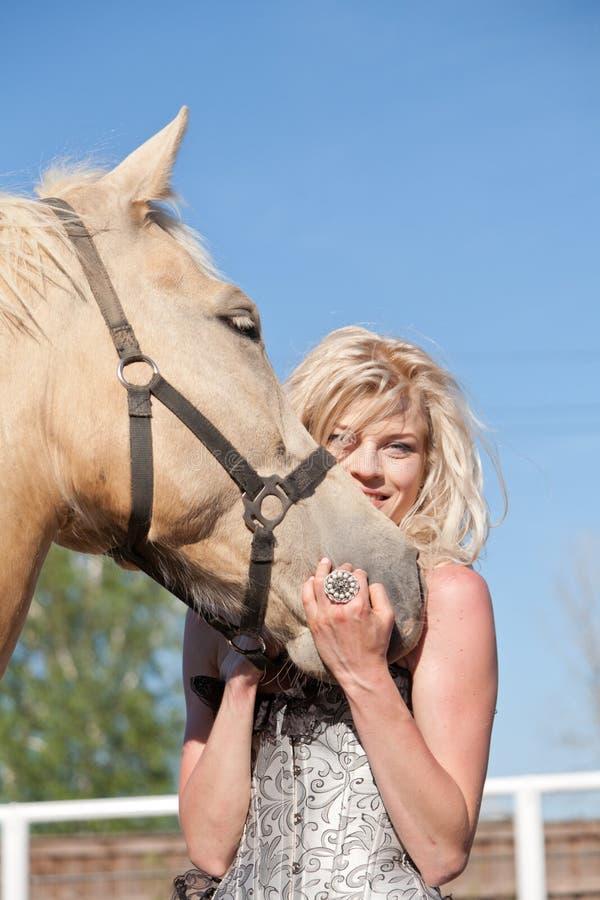 Красивая женщина с лошадью стоковая фотография