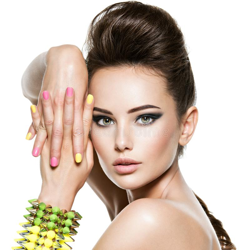 Красивая женщина с пестроткаными ногтями и обитым браслетом стоковые фото