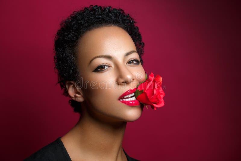 Красивая женщина с подняла в рот стоковая фотография rf