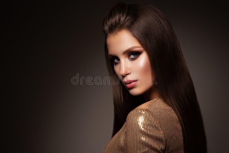 Красивая женщина с профессионалом составляет Платье золота стоковое фото rf