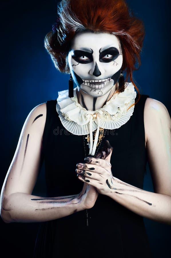 Красивая женщина с скелетом состава стоковое изображение