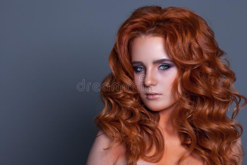 Красивая женщина с скручиваемостями в волосах красного цвета и творческого mak стоковое изображение rf