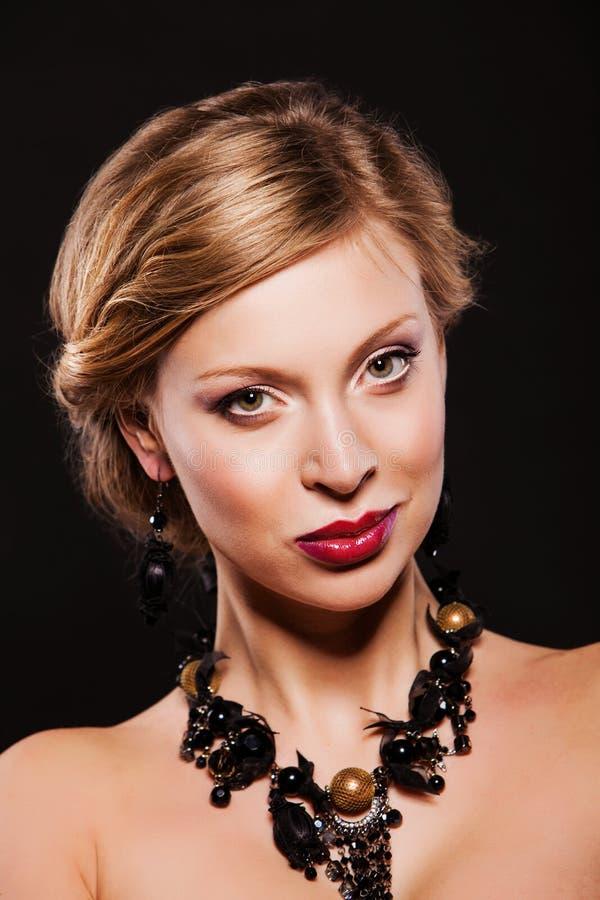 Download Красивая женщина с совершенными ювелирными изделиями состава и стиля причёсок нося смотреть камеру Стоковое Изображение - изображение насчитывающей способ, девушка: 40585117
