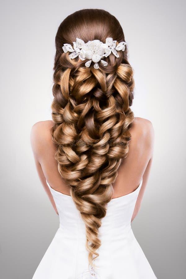 Красивая женщина с составом золота красивейшее венчание стиля причёсок способа невесты стоковые изображения
