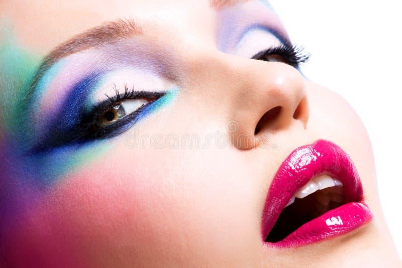 Красивая женщина с составом моды ярким стоковые фотографии rf
