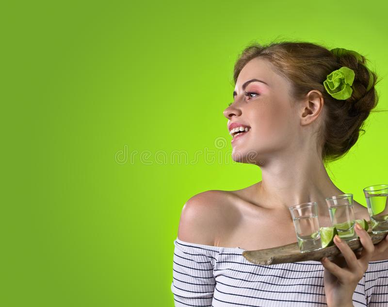 Красивая женщина с стеклами текила стоковая фотография rf