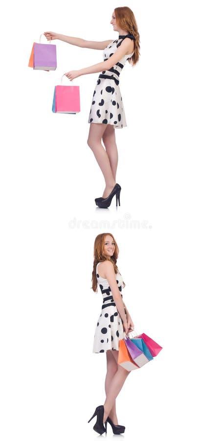 Красивая женщина с сумками изолированными на белизне стоковые фото