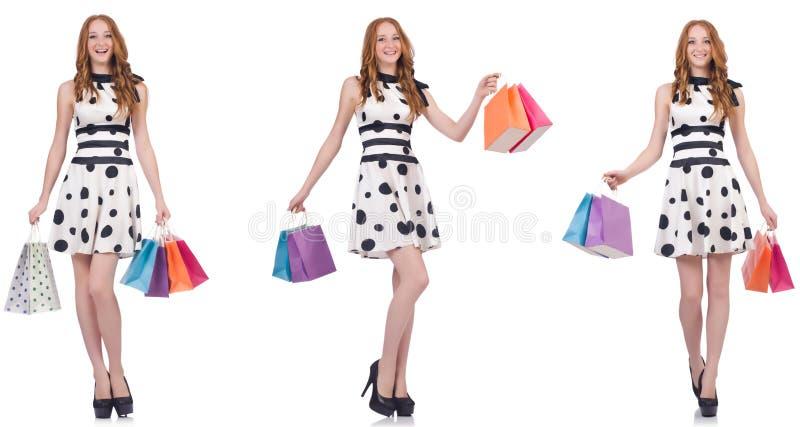 Красивая женщина с сумками изолированными на белизне стоковые фотографии rf