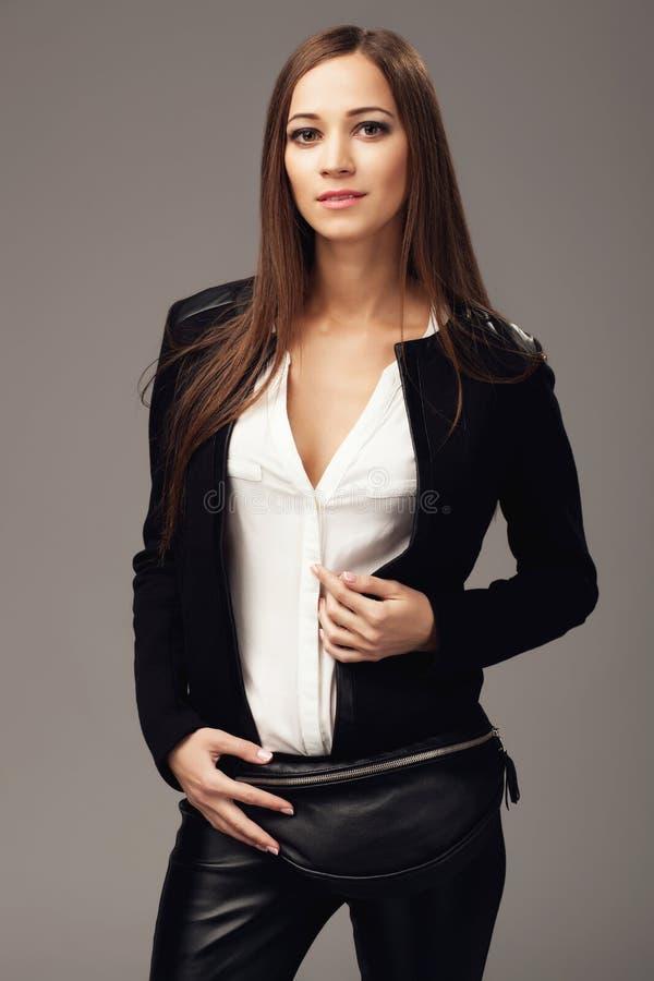 Красивая женщина с черным кожаным пакетом fanny стоковые изображения