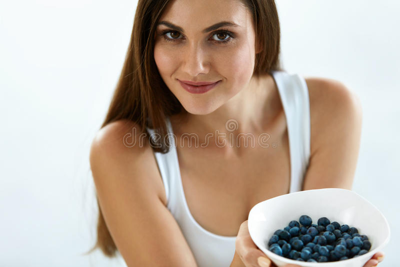 Красивая женщина с шаром голубик Питание здорового питания стоковая фотография rf