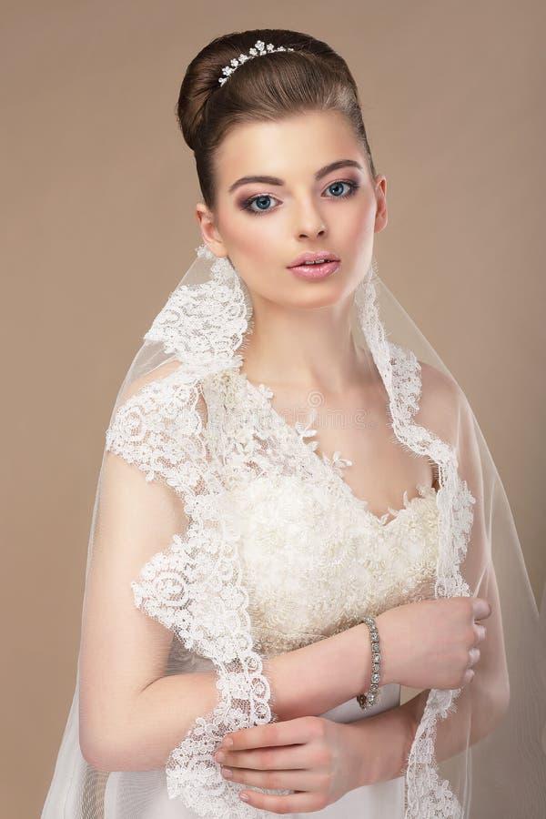 Красивая женщина с ювелирными изделиями - Diadem платины стоковое фото rf