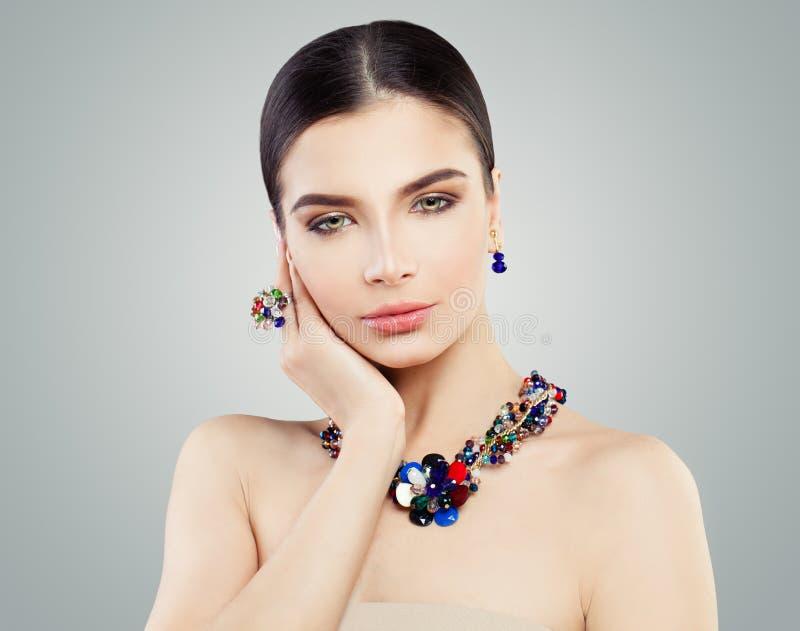 Красивая женщина с ярким кольцом ювелирных изделий, ожерельем стоковые фотографии rf
