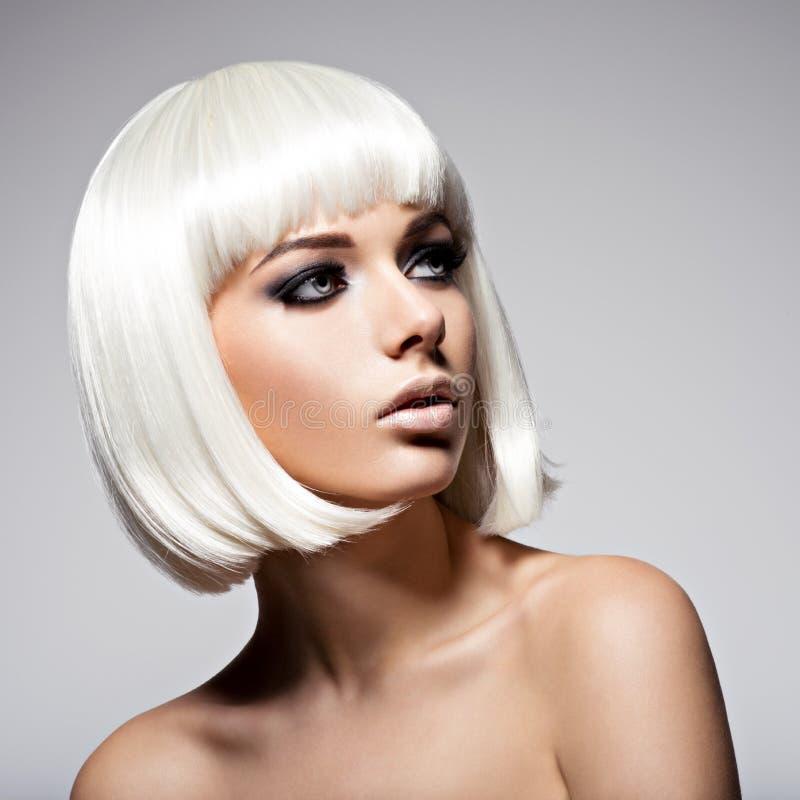 Красивая женщина с bob стиля причёсок и составом моды черным  стоковое фото