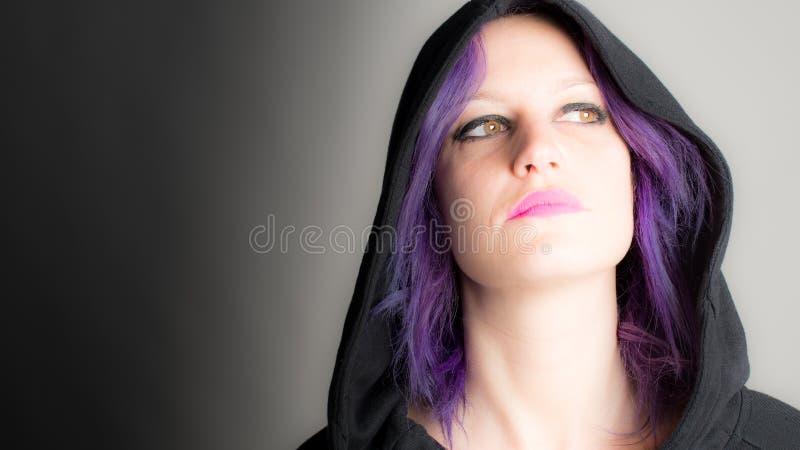 Красивая женщина с fuchsia волосами стоковые фотографии rf