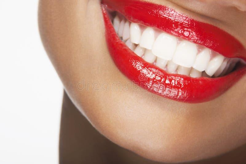 Красивая женщина усмехаясь с красными губами стоковые фото