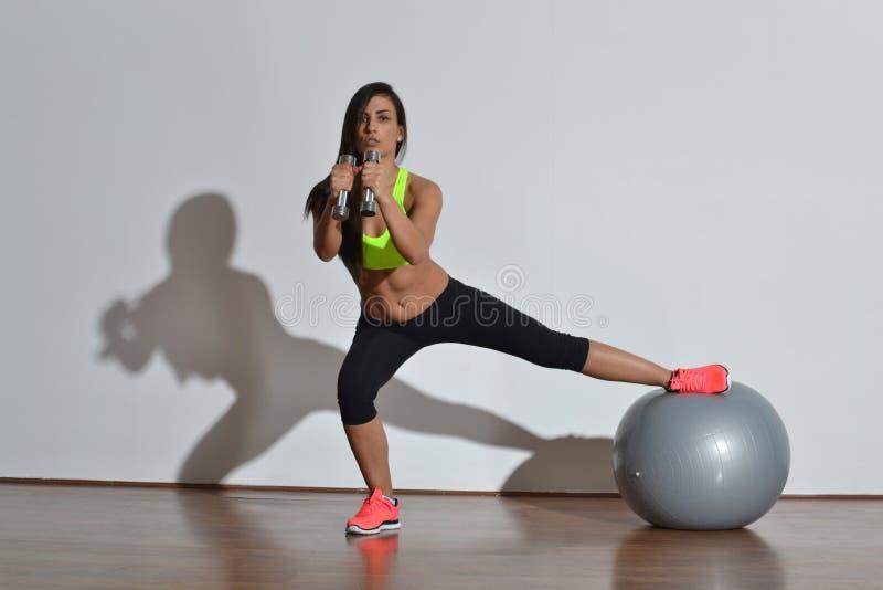 Красивая женщина фитнеса стоковые фотографии rf
