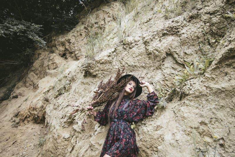 Красивая женщина фотомодели с составом и outsid причудливого платья стоковые изображения