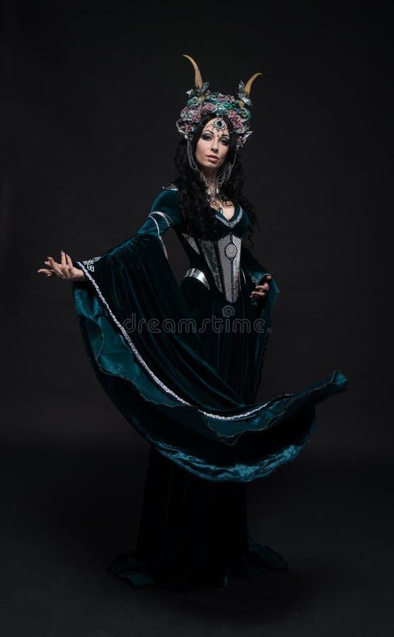 Красивая женщина эльфа фантазии в средневековом платье стоковые фотографии rf