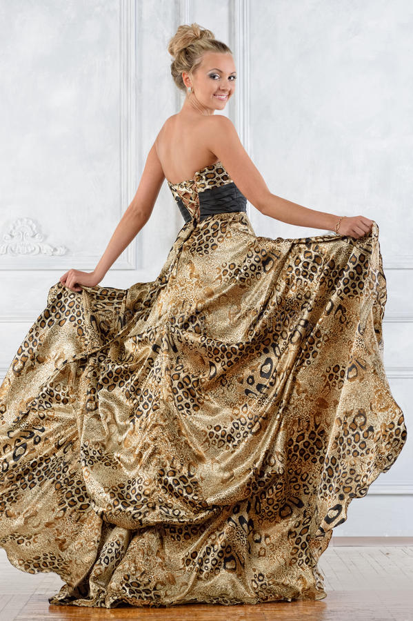 Красивая женщина bonde в леопарде сделала по образцу длинное платье. стоковое фото