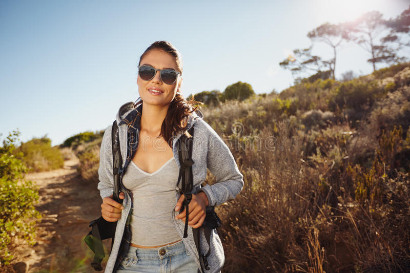 Красивая женщина hiker trekking в природе стоковые изображения rf