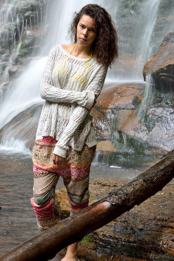 Красивая женщина outdoors - рядом с водопадом стоковое изображение rf