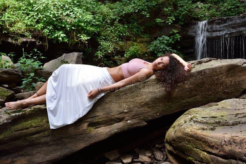 Красивая женщина outdoors - рядом с водопадом стоковая фотография rf