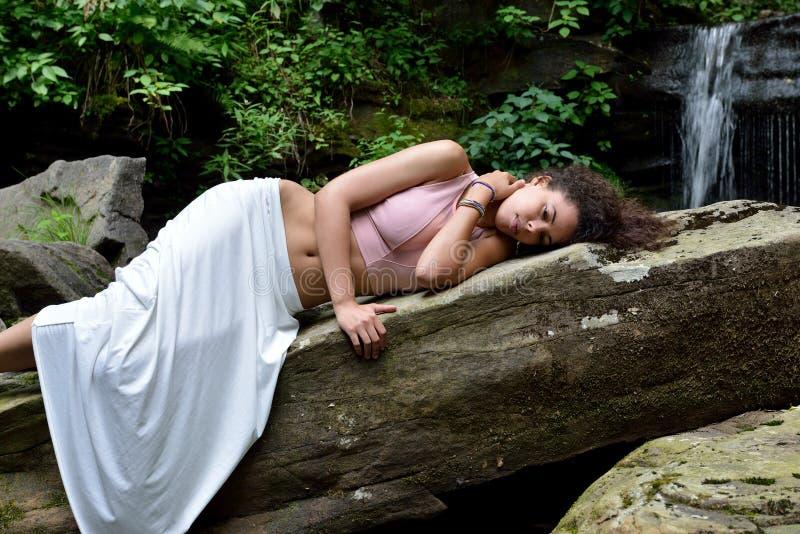 Красивая женщина outdoors - рядом с водопадом стоковые изображения rf