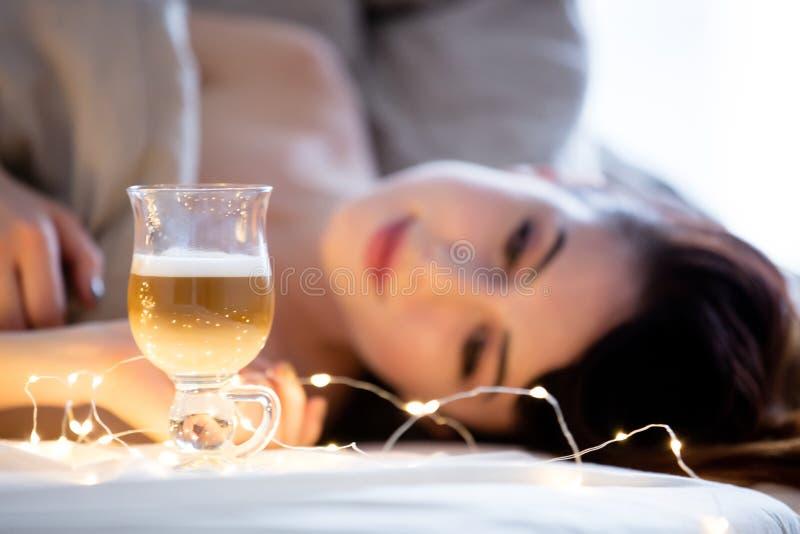 Красивая женщина rednead с чашкой кофе или капучино в кровати стоковая фотография rf