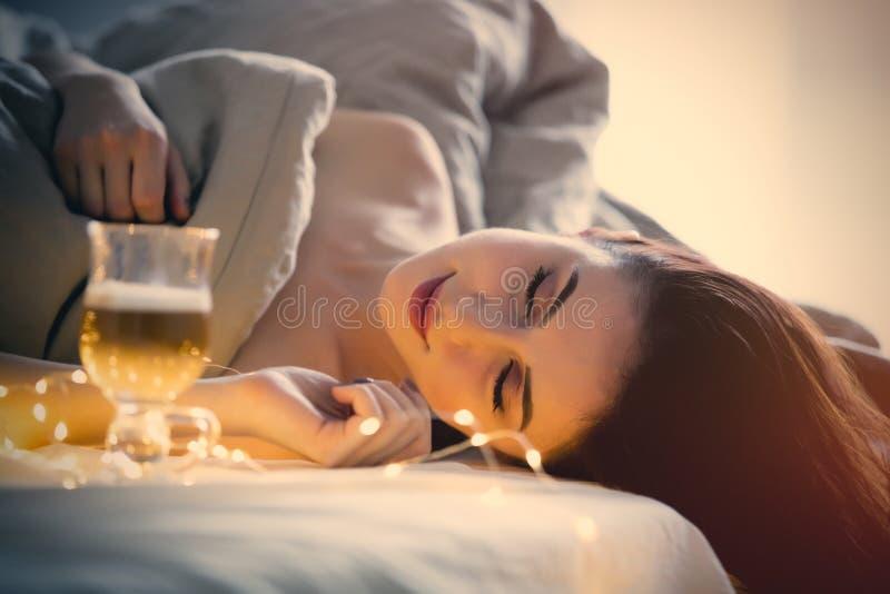 Красивая женщина rednead с чашкой кофе или капучино в кровати стоковые фотографии rf