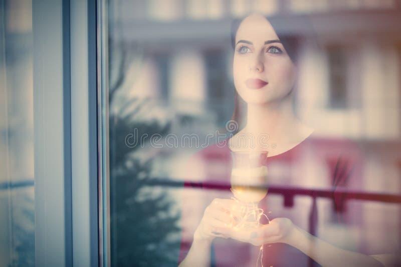 Красивая женщина rednead с чашкой кофе или капучино стоковое изображение rf