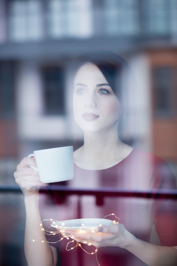 Красивая женщина rednead с чашкой кофе или капучино стоковые изображения