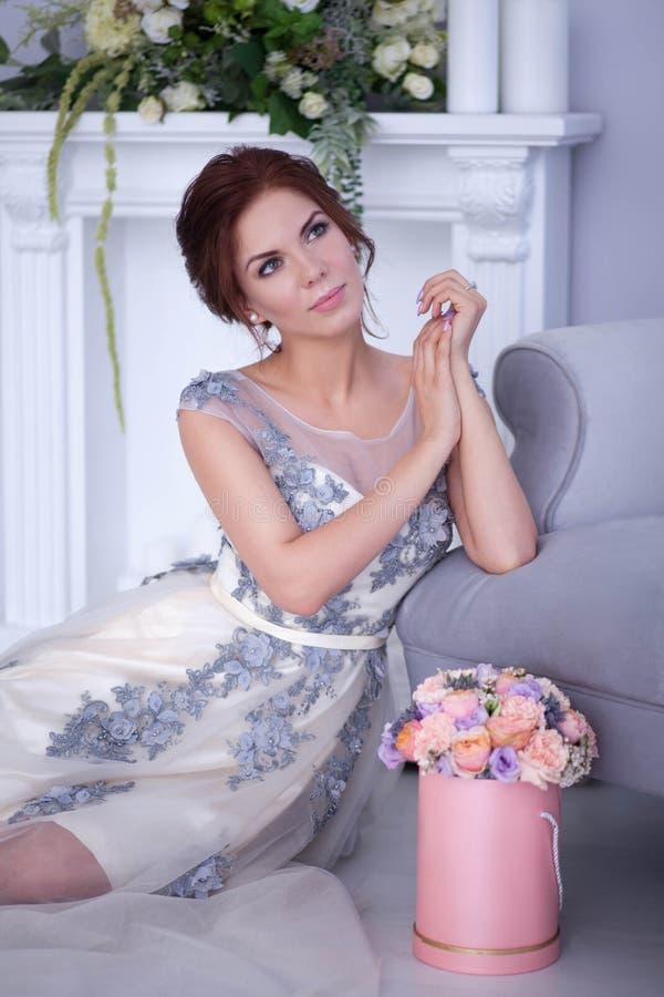 Красивая женщина yound в милой квартире стоковые фотографии rf
