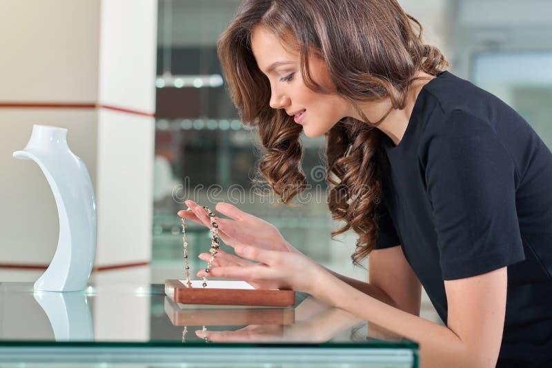 Красивая жизнерадостная женщина на бутике ювелирных изделий стоковое фото