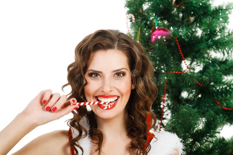 Красивая жизнерадостная женщина нося одежды Санта Клауса стоковая фотография rf