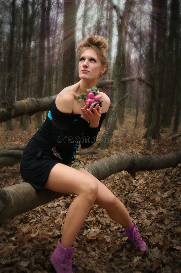 Красивая загадочная девушка в платье в лесе осени с деревьями tangerine стоковые фото