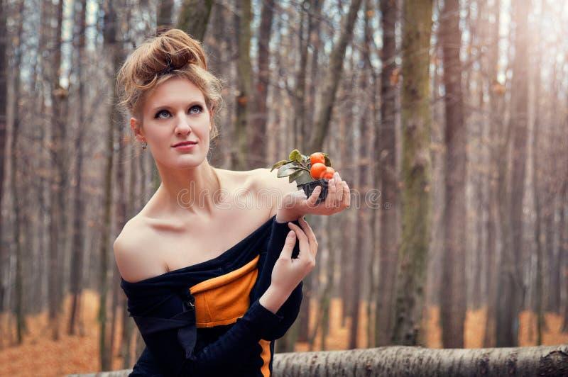 Красивая загадочная девушка в платье в лесе осени с деревьями tangerine стоковые изображения rf