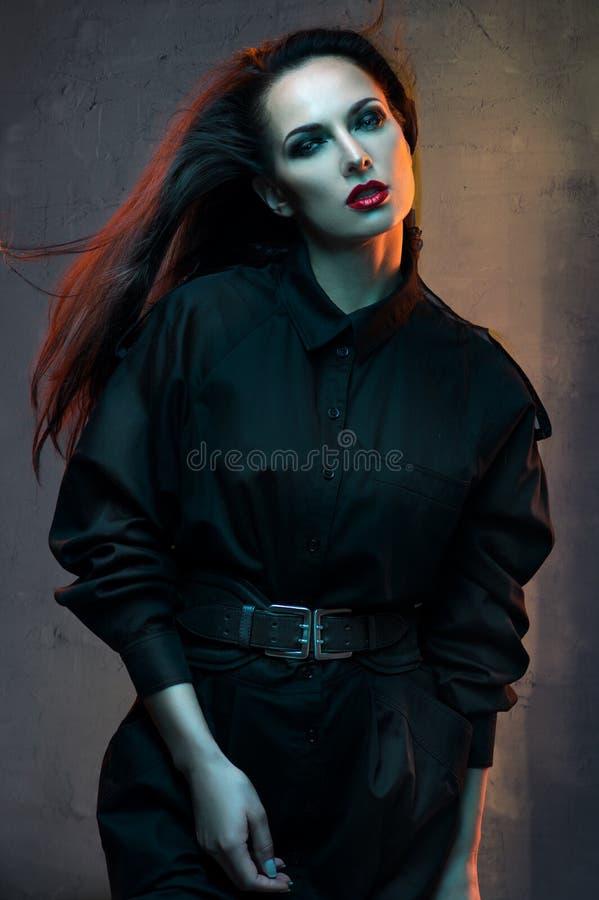 Красивая, загадочная женщина в студии стоковая фотография rf