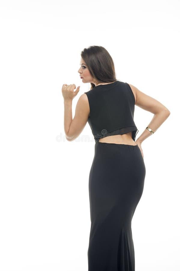 Красивая задняя часть взгляда молодых женщин с черным платьем стоковое изображение rf