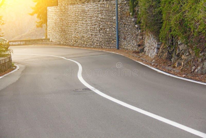 Красивая замотка и живописная зеленая дорога в городе Taor стоковые фотографии rf