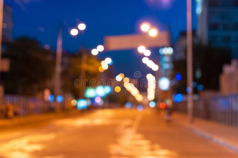 Красивая запачканная предпосылка города на темноте стоковые фото
