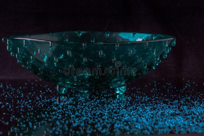 Красивая зеленая ваза на темной предпосылке совершенной для обрамлять стоковая фотография