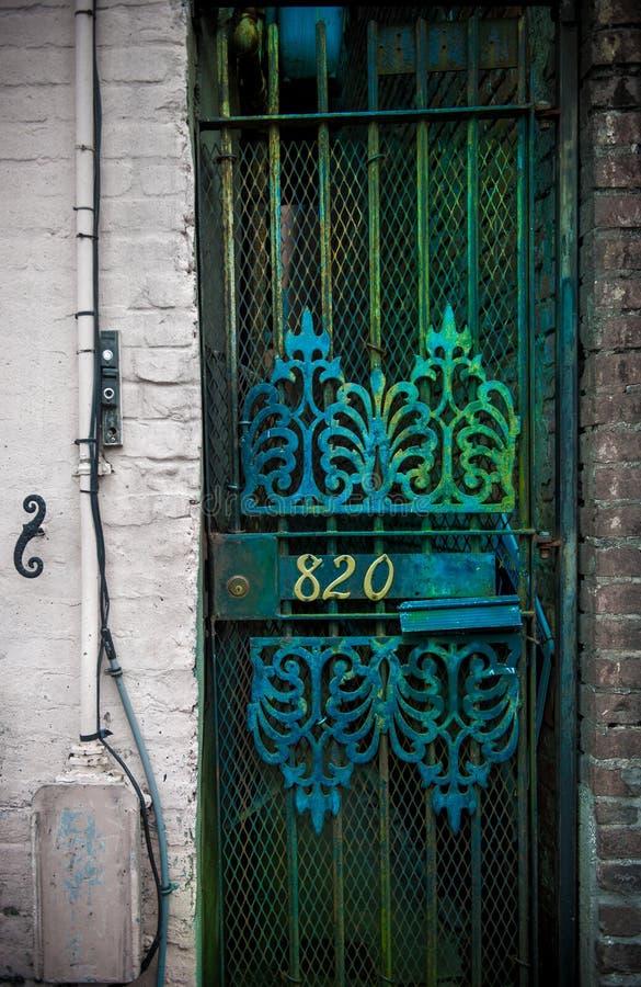 Красивая зеленая дверь строба, старая деталь города стоковая фотография
