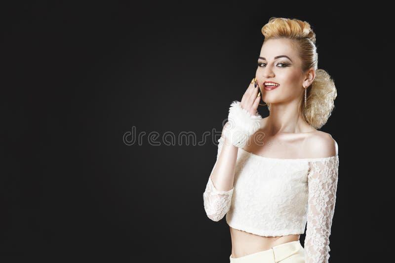 Красивая зрелая девушка представляя в белой верхней части стоковое изображение rf