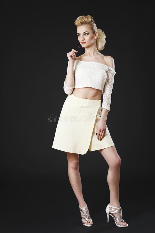 Красивая зрелая девушка представляя в белой верхней части стоковые фотографии rf